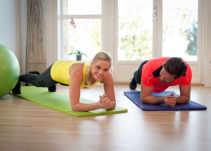 Träna styrka med egen kropp på gymmatta